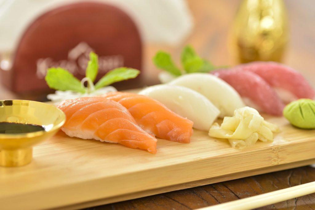 Como comer com hashi sem cometer gafes? Dicas do que não fazer!